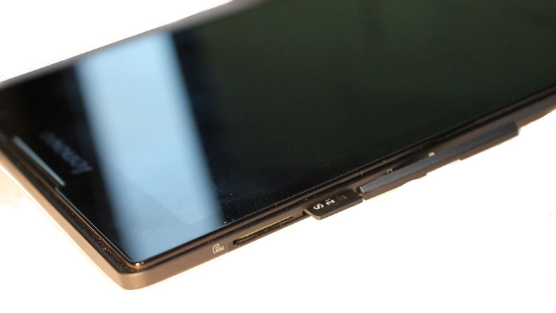 Tablet mit Micro SD-Karte neben SIM-Karte.